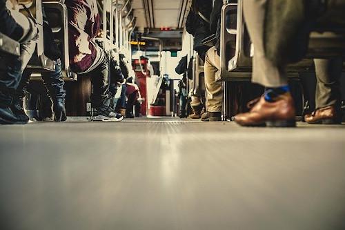 Passageiros sentados em ônibus